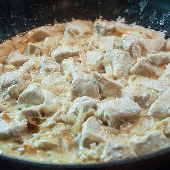 Филе куры в сметане с перцем и луком